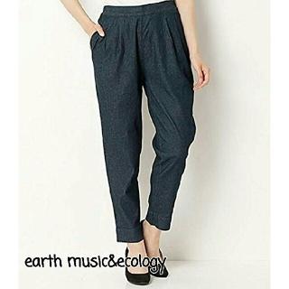 アースミュージックアンドエコロジー(earth music & ecology)のアースミュージック&エコロジー タックテーパードパンツ 美品(カジュアルパンツ)