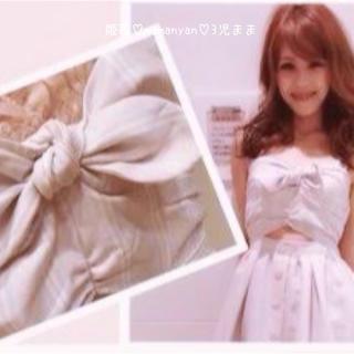 リズリサ(LIZ LISA)の特大リボン♡お花ボタン♡ヘルシー肌魅せ♡グレー色ストライプ♡ちょいセクシー♡夏♡(ミニワンピース)