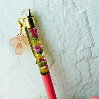 ハーバリウムボールペン No.28★コーラルピンク花びらとしずくのチャーム付き(その他)