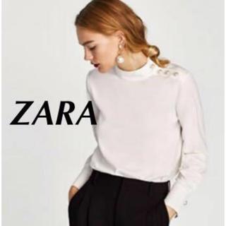 ザラ(ZARA)の新品 ZARA 肩パール付きブラウス フェイクパール付きトップス ハイネック(シャツ/ブラウス(長袖/七分))