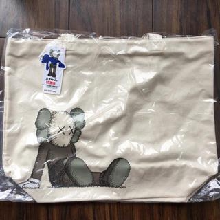 ユニクロ(UNIQLO)のKAWS × UNIQLO トートバッグ 新品未開封(トートバッグ)