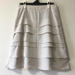 イネド(INED)のINEDイネド☆13号2L☆6段フリル薄グレーの上品スカート(ひざ丈スカート)