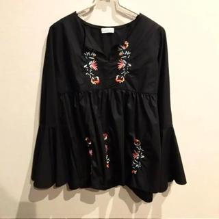 スピーガ(SPIGA)の袖ボリューム 花刺繍 ブラウス LL相当(シャツ/ブラウス(長袖/七分))