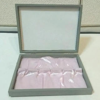 アクアガールコスメティクス(aquagirl cosmetics)のグレー&ピンクシルク5本収納ジュエリーケース15cm×19cm×厚さ3cm(その他)