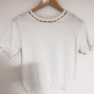 ミスティウーマン(mysty woman)の白パールがワンポイントの夏ニット(Tシャツ(半袖/袖なし))
