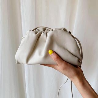 IENA - 新品 くすみホワイト ベージュ 巾着 ギャザー ショルダーバッグ