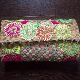 アーバンリサーチ(URBAN RESEARCH)のカゴバッグ 刺繍クラッチ 花柄(かごバッグ/ストローバッグ)