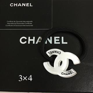 CHANEL - ノベルティロゴ型白ヘアゴム
