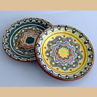 ★【ドチョおじさんの手作り】ブルガリアのかわいい緑・黄色のお皿2枚(トロヤン焼)(食器)