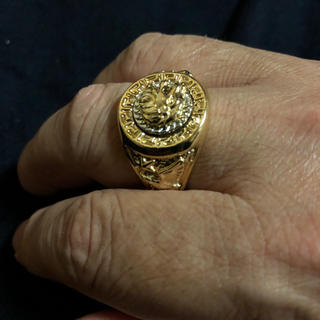 ゴールドで迫力のあるデザイン。ヒップホップ系にはぴったり、金が剥げない!(リング(指輪))
