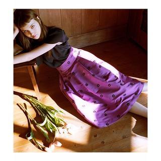 レディアゼル(REDYAZEL)の新品未使用 シャンタンフラワー刺繍タックフレアスカート(ひざ丈スカート)