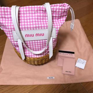 ミュウミュウ(miumiu)のピンク ギンガムチェック かごバック(かごバッグ/ストローバッグ)