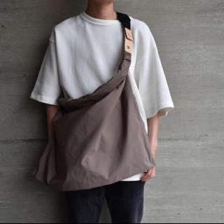 アンユーズド(UNUSED)のWhowhat Wrap Bag M フーワット ラップ バッグ カーキ(ショルダーバッグ)