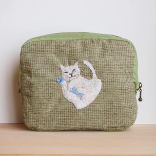 ぷっくりかわいい♪スクエア刺繍ポーチ【白猫×薄グリーンチェック生地】(ポーチ)
