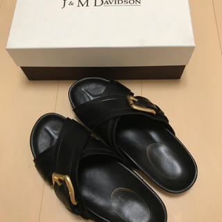 ジェイアンドエムデヴィッドソン(J&M DAVIDSON)の美品★送料込★J&M DAVIDSON★フラットサンダル★サイズ37(サンダル)