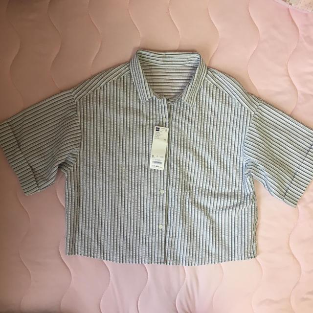 GU(ジーユー)のブラウス 半袖 ストライプ 白 グレー 定価1,490円 レディースのトップス(シャツ/ブラウス(半袖/袖なし))の商品写真