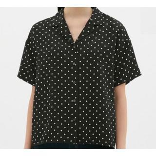 ジーユー(GU)の【GU】ジーユーオープンカラーシャツ レディースM 黒 ドット柄(シャツ/ブラウス(半袖/袖なし))
