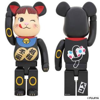 メディコムトイ(MEDICOM TOY)の新品 BE@RBRICK 招き猫 ペコちゃん 黒 1000% 送料無料(その他)