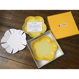 ルクルーゼ(LE CREUSET)の新品未使用) ル・クルーゼ 花型 お皿 イエロー LE CRESET(食器)
