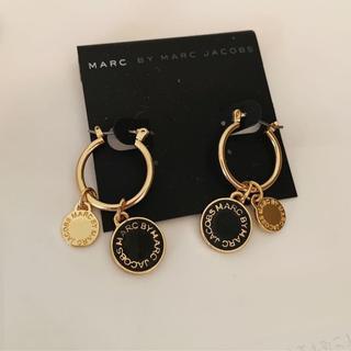 マークバイマークジェイコブス(MARC BY MARC JACOBS)のマークピアス 輪付き ブラック*ゴールド(ピアス)