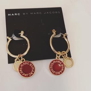 マークバイマークジェイコブス(MARC BY MARC JACOBS)のマークピアス 輪付き レッド*ゴールド(ピアス)