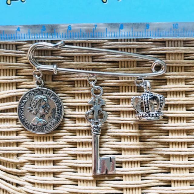 英国風ブローチ レディースのアクセサリー(ブローチ/コサージュ)の商品写真