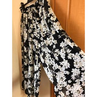 メルロー(merlot)のメルロー 花柄ワイドパンツ Fサイズ 黒(その他)