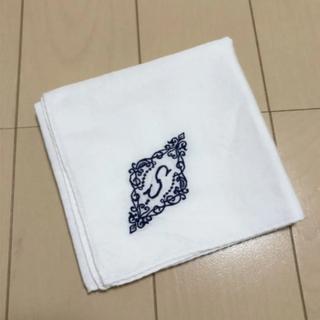 バーニーズニューヨーク(BARNEYS NEW YORK)の未使用 YLiNUM 刺繍イニシャルハンカチ S(ハンカチ)
