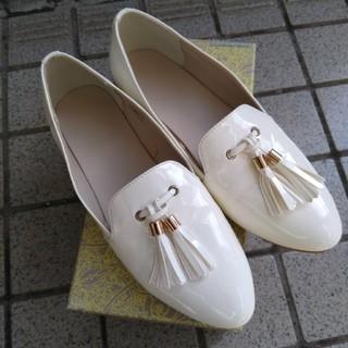 ジーユー(GU)の【着用回数2回】GU タッセル付ローファー 白 25cm(ローファー/革靴)