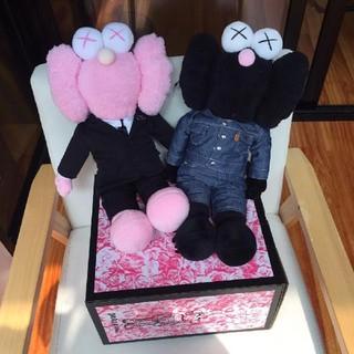 ディオール(Dior)のKAWS Dior BFFピンク ブラック 2体セット(ぬいぐるみ)