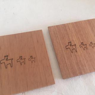 ウニコ(unico)の新品 木 コースター 2枚 正方形雑貨キャトルセゾンマディウニコお好きな方』(テーブル用品)