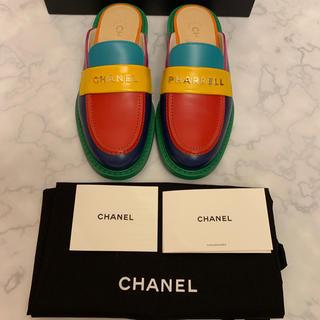 シャネル(CHANEL)の激レアCHANELpharrellファレルコラボマルチカラーローファーサンダル(ローファー/革靴)