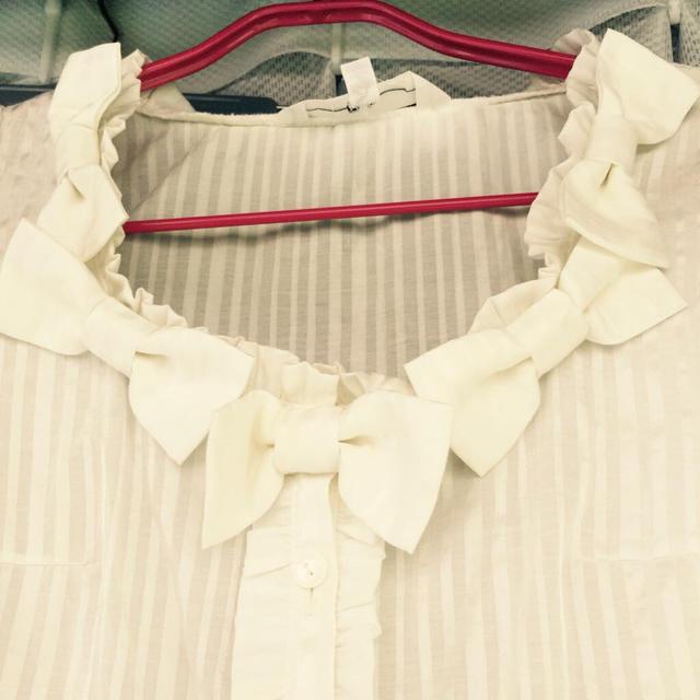 Barbie(バービー)の(M)白ストライプ ドレスシャツ レディースのトップス(Tシャツ(長袖/七分))の商品写真
