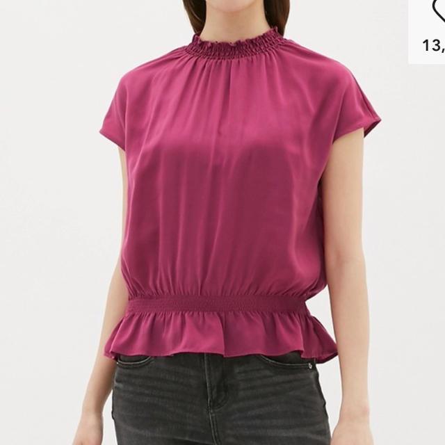 GU(ジーユー)のジーユー サテンフリルネックブラウス Mサイズ GU レディースのトップス(シャツ/ブラウス(半袖/袖なし))の商品写真