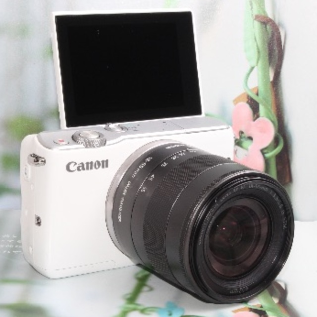 Canon(キヤノン)の❤️Wi-Fi&自撮り自由自在❤️人気のホワイト Canon EOS M10❤️ スマホ/家電/カメラのカメラ(ミラーレス一眼)の商品写真