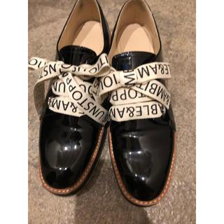 ザラ(ZARA)のZARA リボンテキストエナメルシューズ(ローファー/革靴)
