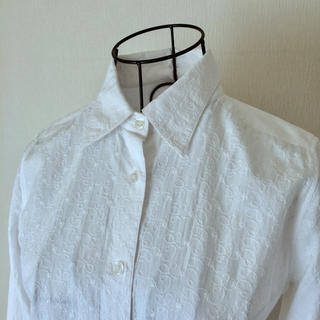 ベルメゾン(ベルメゾン)の刺繍があしらわれた コットン長袖シャツ ホワイト サイズM(シャツ/ブラウス(長袖/七分))