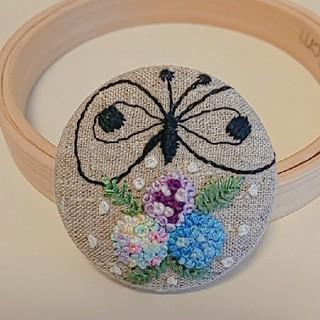 ミナペルホネン(mina perhonen)のミナペルホネン chouchoお花の刺繍 ヘアゴムまたはブローチ ハンドメイド(ブローチ/コサージュ)
