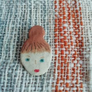 ミナペルホネン(mina perhonen)のお団子ヘアの女性 ブローチ 陶器(ブローチ/コサージュ)