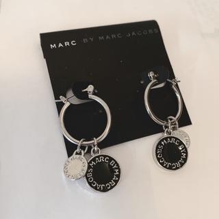 マークバイマークジェイコブス(MARC BY MARC JACOBS)のマークピアス 輪付き ブラック*シルバー(ピアス)