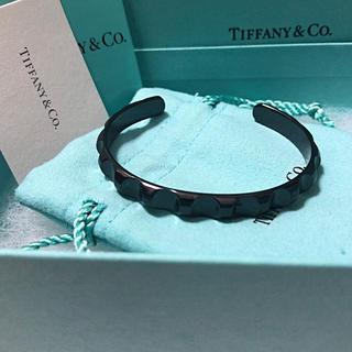 ティファニー(Tiffany & Co.)の美品Tiffanyパロマグルーヴナローチタンカフ (バングル/リストバンド)