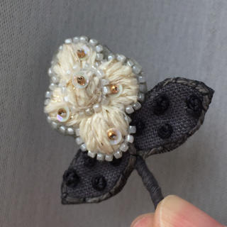 mina perhonen - 新品 ブローチ 作家もの 花 刺繍 コサージュ