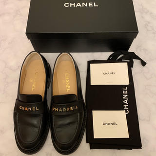 シャネル(CHANEL)のCHANEL pharrelコラボ激レアローファーブラックシルバー金具(ローファー/革靴)