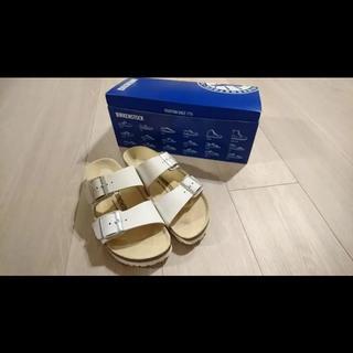 ビルケンシュトック(BIRKENSTOCK)の【美品】ビルケンシュトック アリゾナ ホワイト サンダル 24cm(サンダル)