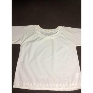 シンプルな生成りの刺繍トップス(シャツ/ブラウス(半袖/袖なし))