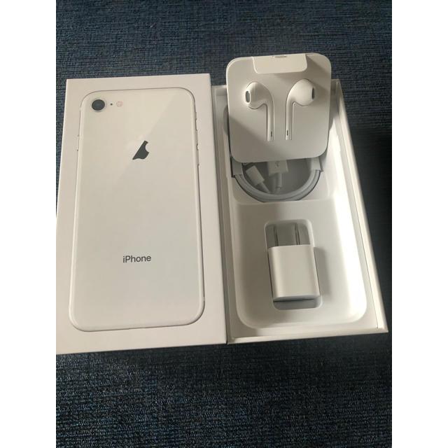 iPhone(アイフォーン)のiPhone 8  Silver  64GB 新品未使用 au iPhone8 スマホ/家電/カメラのスマートフォン/携帯電話(スマートフォン本体)の商品写真