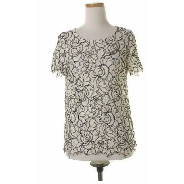 GRACE CONTINENTAL(グレースコンチネンタル)のグレースコンチネンタル花柄白トップス 36サイズ レディースのトップス(シャツ/ブラウス(半袖/袖なし))の商品写真