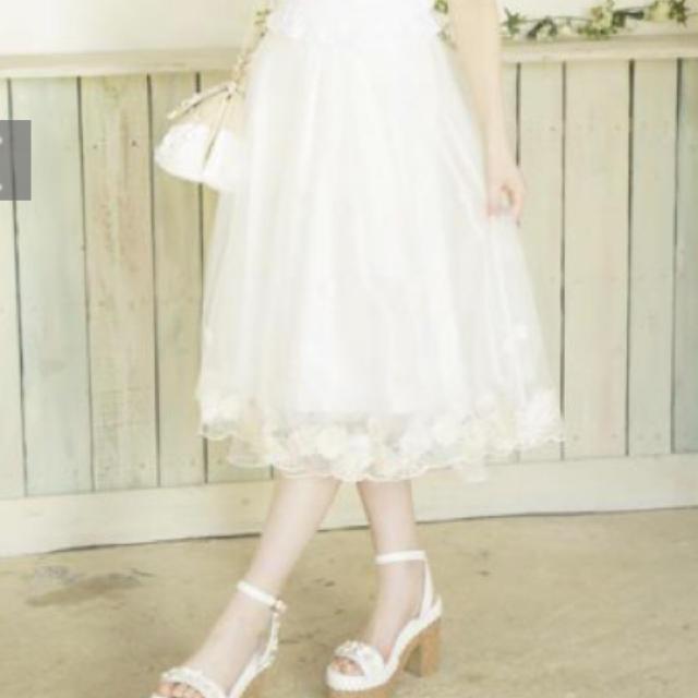 LIZ LISA(リズリサ)のリズリサ 膝丈刺繍入りチュールスカート 花 ホワイト レディースのスカート(ひざ丈スカート)の商品写真
