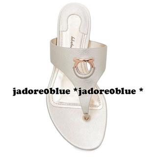 サルヴァトーレフェラガモ(Salvatore Ferragamo)のサルヴァトーレフェラガモ*ガンチーニ装飾ホワイトゴールドサンダル38.525cm(サンダル)