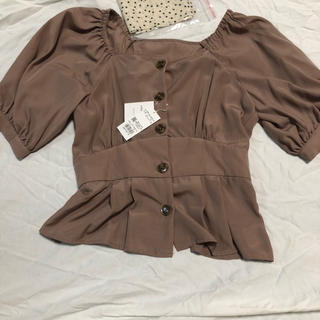 イング(INGNI)のスカーフ付サテン前ボタンペプラム トップス(シャツ/ブラウス(半袖/袖なし))